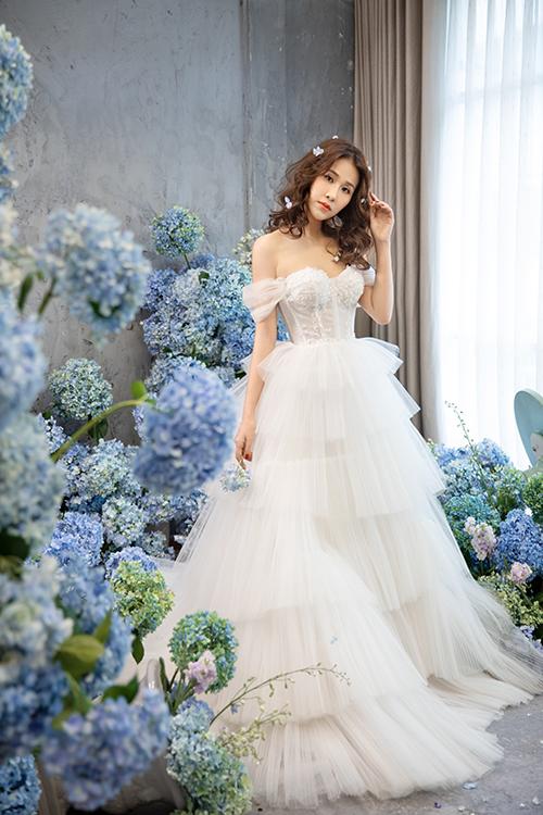 Để tạo nên một vẻ ngoài hoàn mỹ cho cô dâu trong ngày cưới, váy được may theo phom dáng corset siết eo tối đa.