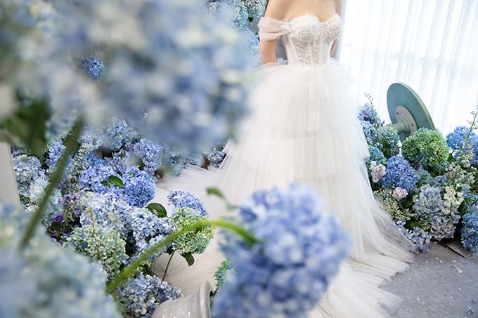Váy cưới trễ vai gịúp tôn ngực gợi cảm của cô dâu.