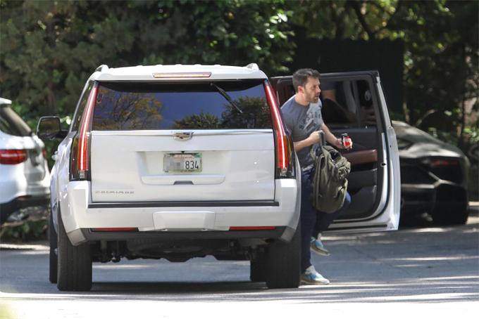 Ben Affleck được vệ sĩ của Jennifer Lopez đón đến nhà cô.