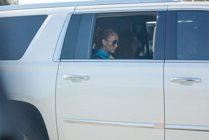 Jennifer Lopez đi công chuyện cùng trợ lý trên chiếc SUV của cô hôm 29/4 sau khi gặp Ben Affleck.