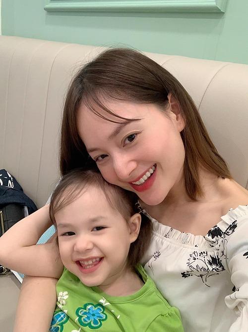 Con gái Lan Phương cười giống hệt mẹ.