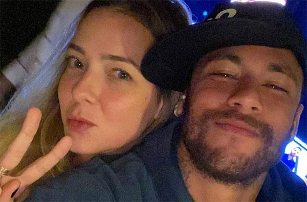 Người đẹp Carolina Dantas là mối tình đầu của Neymar. Đôi trẻ hẹn hò khoảng thời gian 2010-2011 khi Neymar đang là sao trẻ nổi danh trong màu áo Santos ở quê nhà. Tuy nhiên cuộc tình này chỉ kéo dài một năm và để lại kết quả là cậu con trai Davi Lucca.
