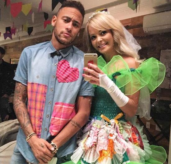 Trong đêm giao thừa 2015, Neymar lại gây chú ý khi tiệc tùng cùng người đẹp cầm biển của làng võ UFC Jhenny Andrade. Cả hai được cho là yêu nhau một thời gian ngắn và nàng đã tới sân cổ vũ chàng trong hai trận đấu ở Barca. Trong thời gian ngắn ngủi bên nhau, Neymar và Andrade được mệnh danh là Ken và Barbier.