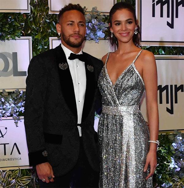 Từ 2012 đến 2017, Neymar và nữ diễn viên đồng hương Bruna Marquezine là cặp đôi vàng của Brazil. Đôi trai tài gái sắc quấn quýt bên nhau nhưng cũng có lúc mâu thuẫn rồi chia tay trước khi tái hợp nhưng rồi lại đường ấy đi năm 2017. Có nhiều tin đồn về nguyên nhân Neymar và Bruna chia tay như xa cách địa lý khi chàng thi đấu ở châu Âu còn nàng ở Brazil hay các tin đồn ngoại tình của Neymar tuy nhiên cả hai đều không lên tiếng xác nhận hay phủ định.