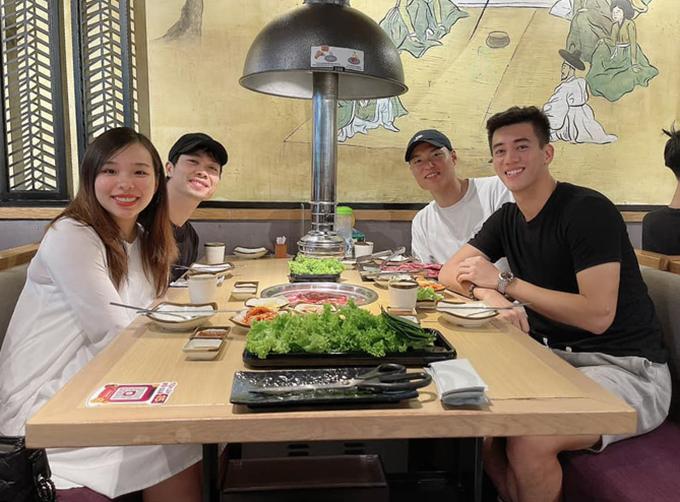 Vợ chồng Công Phượng ngồi ăn đồ nướng cùng Tiến Linh và trung vệ Kim Dong-su. Ảnh: TL.
