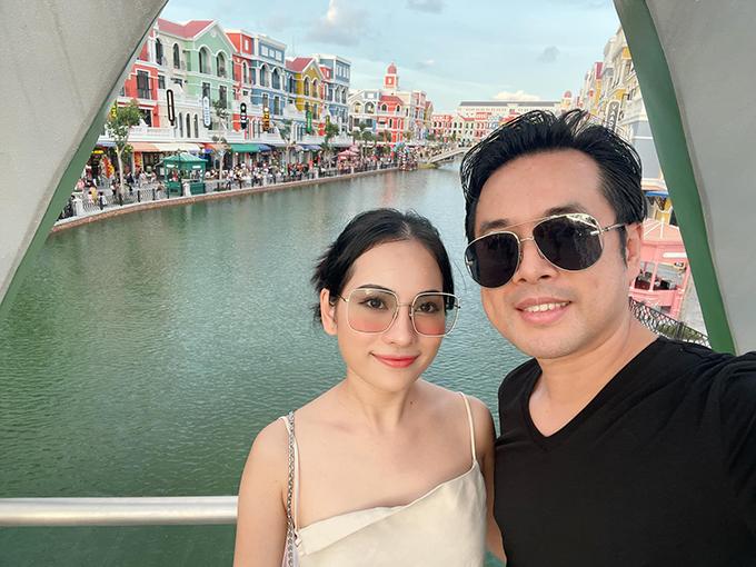 Nhạc sĩ Dương Khắc Linh cũng vừa đưa đại gia đình ra Phú Quốc để dự lễ khai trương một khu tổ hợp vui chơi giải trí lớn ở hòn đảo ngọc. Hai vợ chồng tranh thủ chụp ảnh tình tứ ở địa điểm được mệnh danh là Venice thu nhỏ.