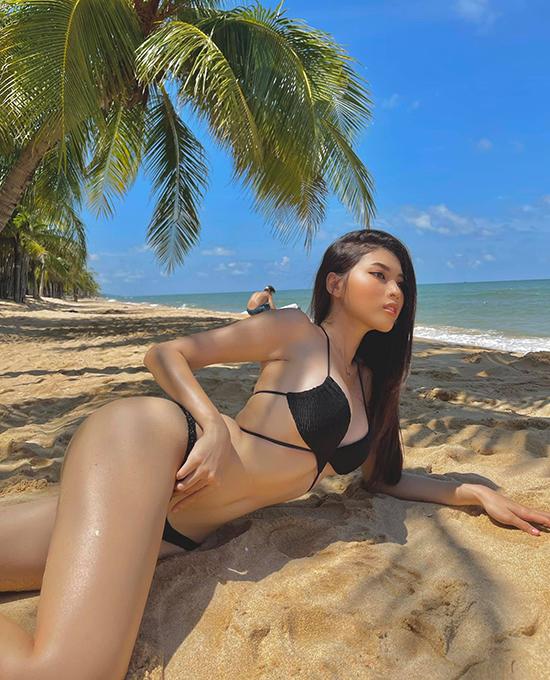 Sau khi trở về từ cuộc thi sắc đẹp quốc tế và thực hiện cách ly, Á hậu Ngọc Thảo có chuyến du lịch xả hơi dịp nghỉ lễ ở đảo ngọc Phú Quốc. Người đẹp khoe thân hình nóng bỏng mắt trên bãi tắm vắng người.