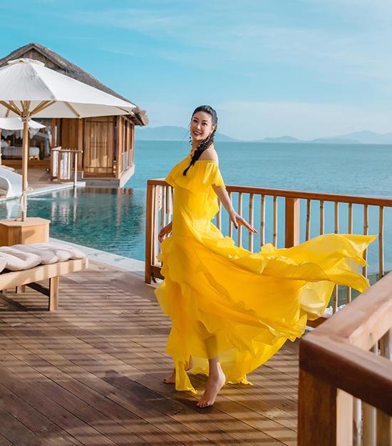 Hà Kiều Anh diện trang phục nổi bật, thả dáng trong căn villa biệt lập tại khu resort 5 sao tại Nha Trang. Khu nghỉ nảy sở hữu nhiều góc ảnh sống ảo, từng được nhiều sao Việt check in trong 2 năm gần đây.