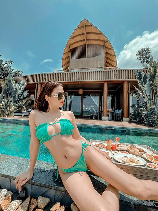 Lệ Quyên ăn chơi mệt nghỉ suốt tháng 4 với những chuyến du lịch liên tiếp mừng sinh nhật bên bạn trai Lâm Bảo Châu. Nữ hoàng bolero tổ chức tiệc sinh nhật lần đầu ở resort Đà Nẵng, sau đó ăn tiếp tập 2 ở resort ở Ninh Vân (Nha Trang).