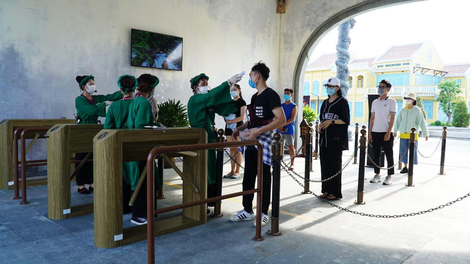 Ban quản lý Đảo Ký Ức Hội An huy động tất cả lực lượng ứng trực tại các điểm chào đón khách và những nơi đông khách trải nghiệm.