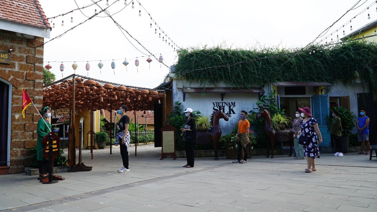 Chị Nguyễn Loan (du khách Hà Nội) cho hay: Gia đình tôi chọn du lịch Huế, Đà Nẵng và Hội An dịp lễ. Đến đây, chúng tôi cũng tuân thủ quy định phòng chống dịch như đeo khẩu trang, rửa tay sát khuẩn và cố gắng giữ khoảng cách 2 m