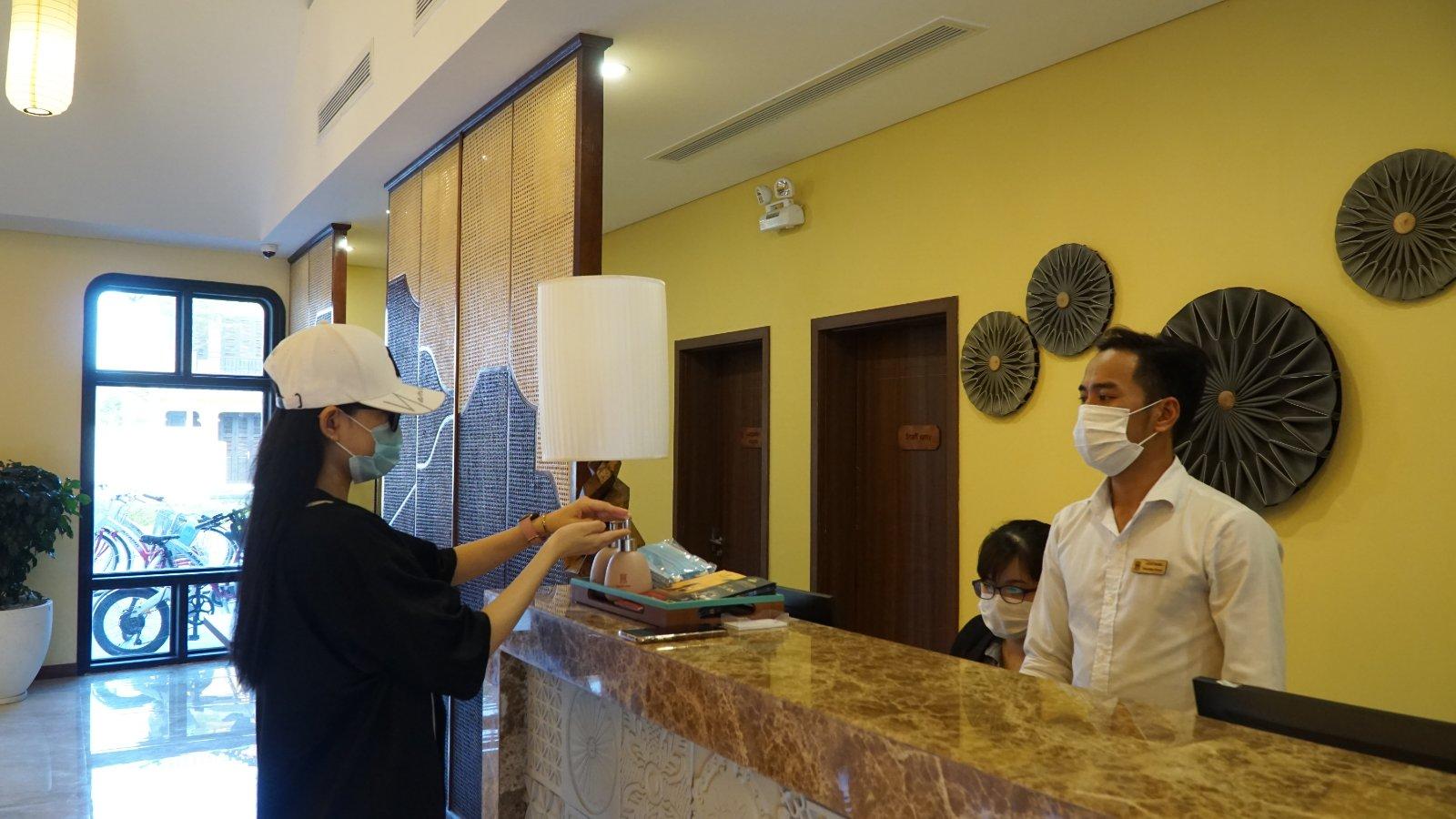 Du khách có thể nhận khẩu trang y tế miễn phí và sát khuẩn tay ở tất cả không gian như Hoi An Memories Resort & Spa, công viên Ấn tượng Hội An và trước cổng vào show thực cảnh Ký Ức Hội An.