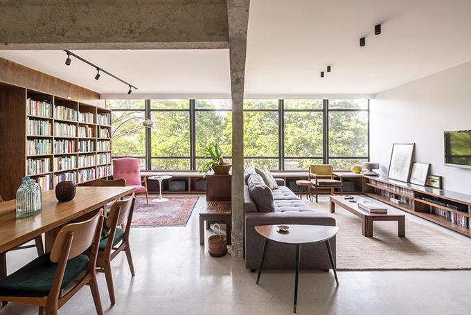 Căn hộ dành cho cặp vợ chồng và cô con gái, mang phong cách kiến trúc hiện đại của thành phố.