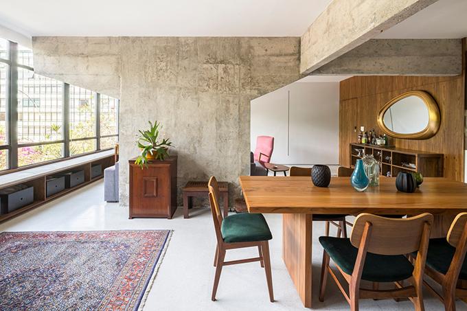 Căn hộ có cấu trúc tiêu chuẩn, có các cửa sổ lớn, hai phòng ngủ, khu vực chức năng, bếp, phòng khách.