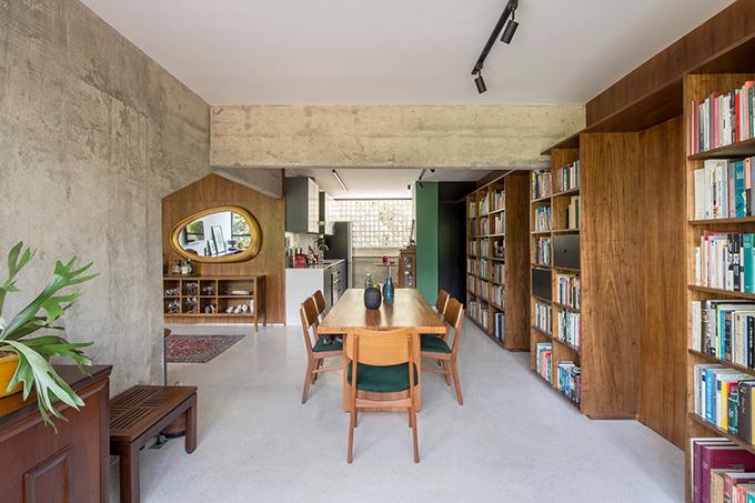 Bồn rửa, nội thất theo bảng màu Le Corbusier và đồ gỗ mang đến âm hưởng của thời kỳ trung cổ, các hệ thống chiếu sáng, tấm chắn phòng tắm và gương giúp không gian hiện đại.