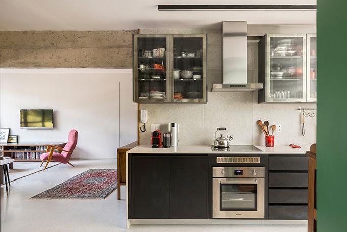 Kính cường lực trong bếp, tủ và đồ nội thất đều được thiết kế riêng.