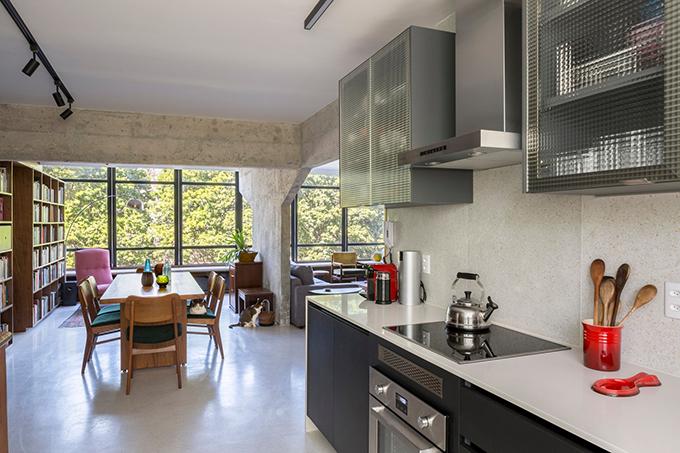 Hành lang và các khu vực chức năng, gồm bếp không có sự chia tách ranh giới để cải thiện sự giao tiếp giữa gia đình, giúp cho các thành viên dù đang làm việc khác nhau vẫn có thể chia sẻ cùng một không gian sống.