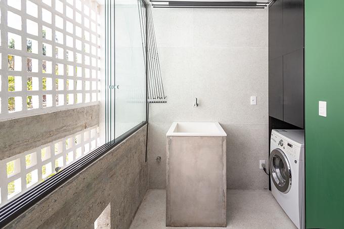 Phía sau là khu vực giặt là. Khi không cần nắng gió, các tấm vách kính sẽ được đóng lại để ngăn bụi từ cửa sổ vào nhà.