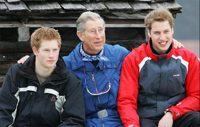 Thái tử Charles bên hai con trai William và Harry thời hai hoàng tử còn chưa lấy vợ. Ảnh: UK Press.