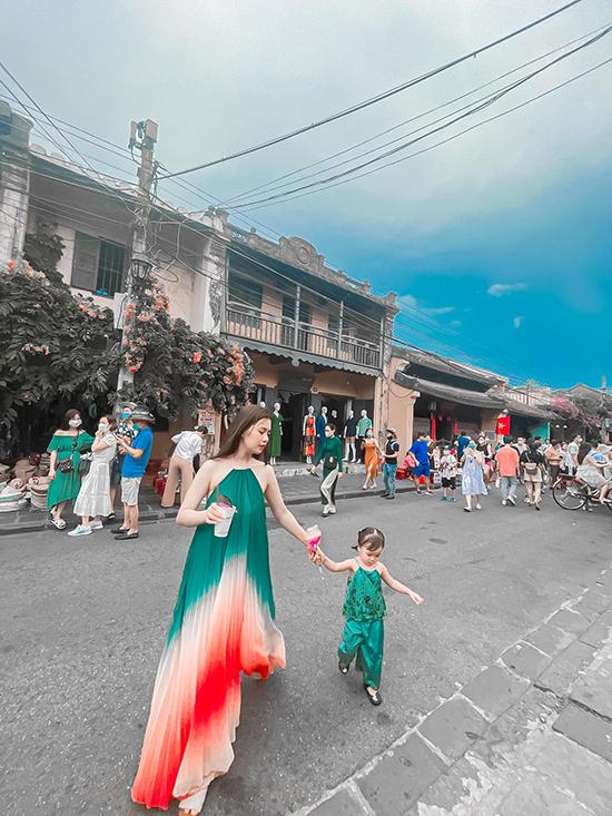 Vợ Quế Ngọc Hải và con gái tạo dáng chụp ảnh ở Hội An. Ảnh: DTP.