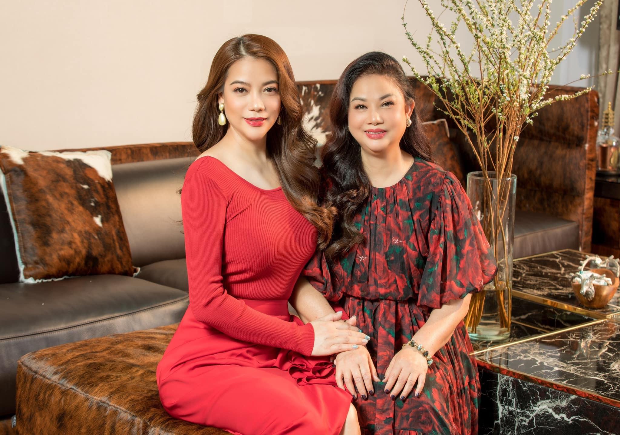 Mẹ Trương Ngọc Ánh được khen trẻ trung không kém con gái - 7