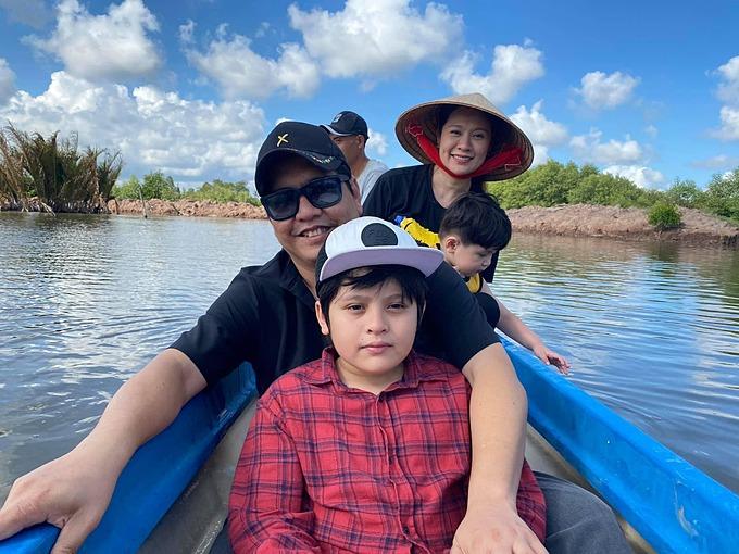 Gia đình Thanh Thúy - Đức Thịnh đưa con về vùng sông nước chơi dịp nghỉ lễ, tận hưởng không khí yên bình, mát mẻ.