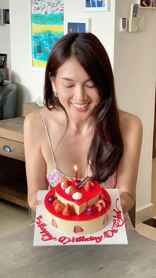 Diễn viên Anh Thư được bạn bè tổ chức sinh nhật muộn mừng tuổi 39.