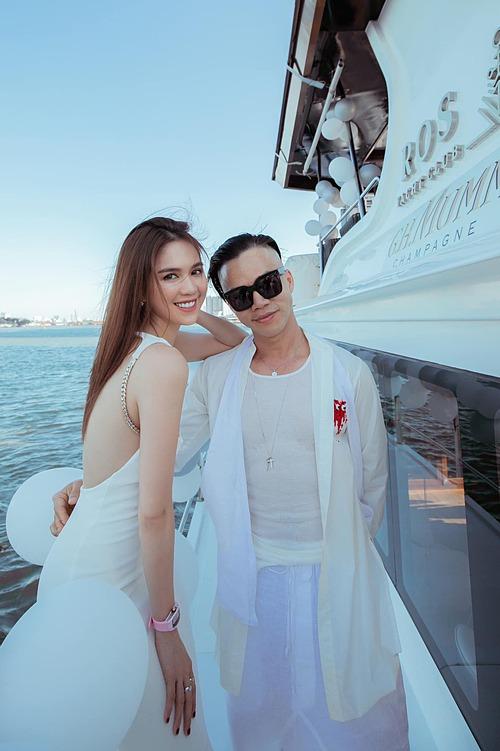 Ngọc Trinh mừng sinh nhật một người anh thân thiết trên du thuyền.