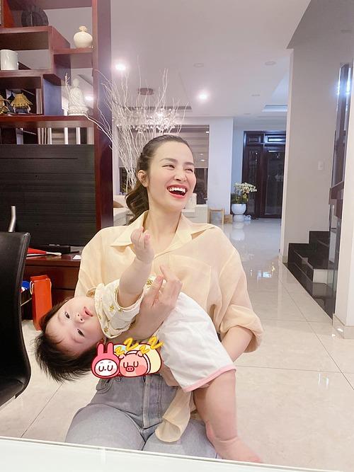 Đông Nhi phì cười khi con gái đang nhõng nhẽo thì phát hiện bị chụp lén.