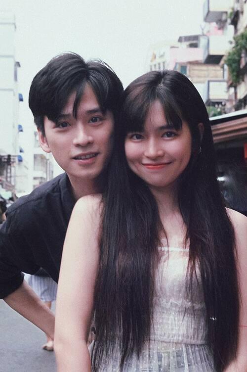 Khánh Vân (vai Trà Long) và Trần Nghĩa (vai Ngạn) chụp ảnh tình tứ sau phim Mắt biếc.