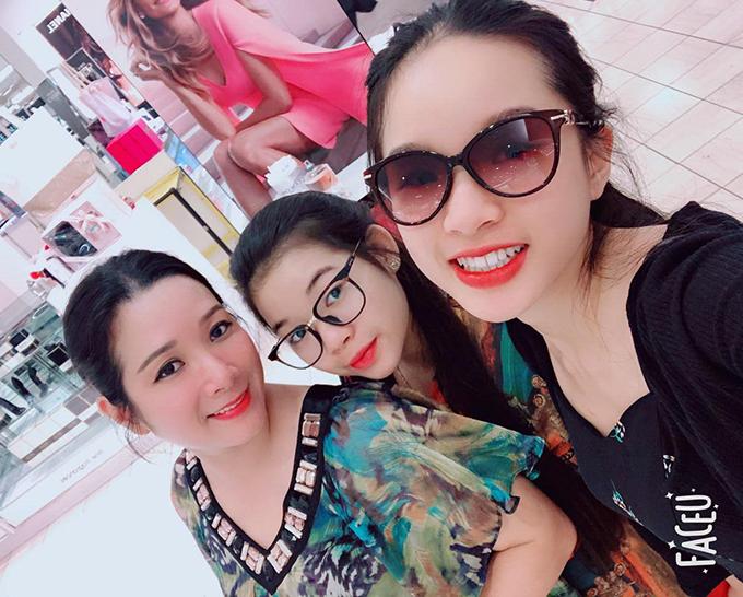 Ca sĩ Thanh Thanh Hiền bên hai cô con gái.