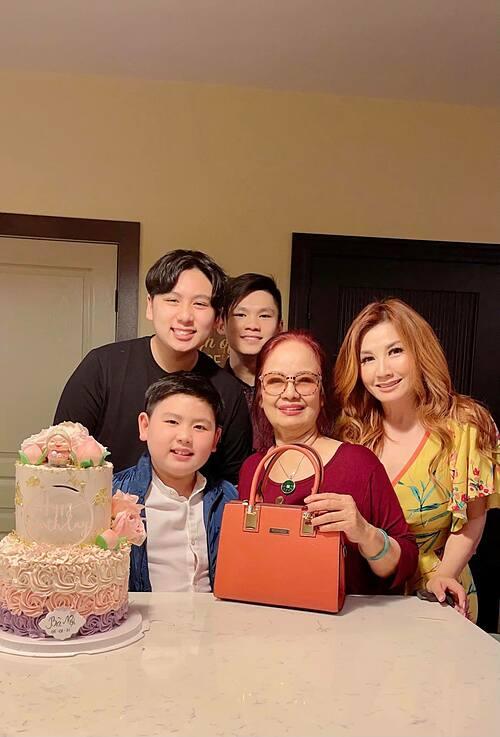 Trizzie Phương Trinh và ba con bên mẹ Bằng Kiều.