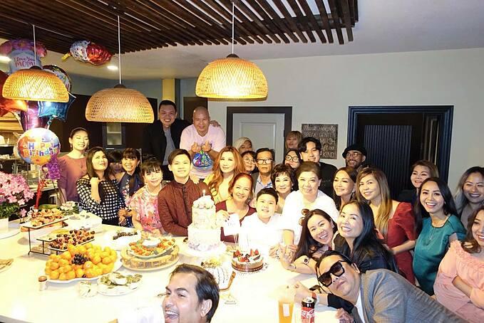 Bữa tiệc có sự góp mặt của đông đủ người thân, bạn bè của gia đình Bằng Kiều tại Mỹ.