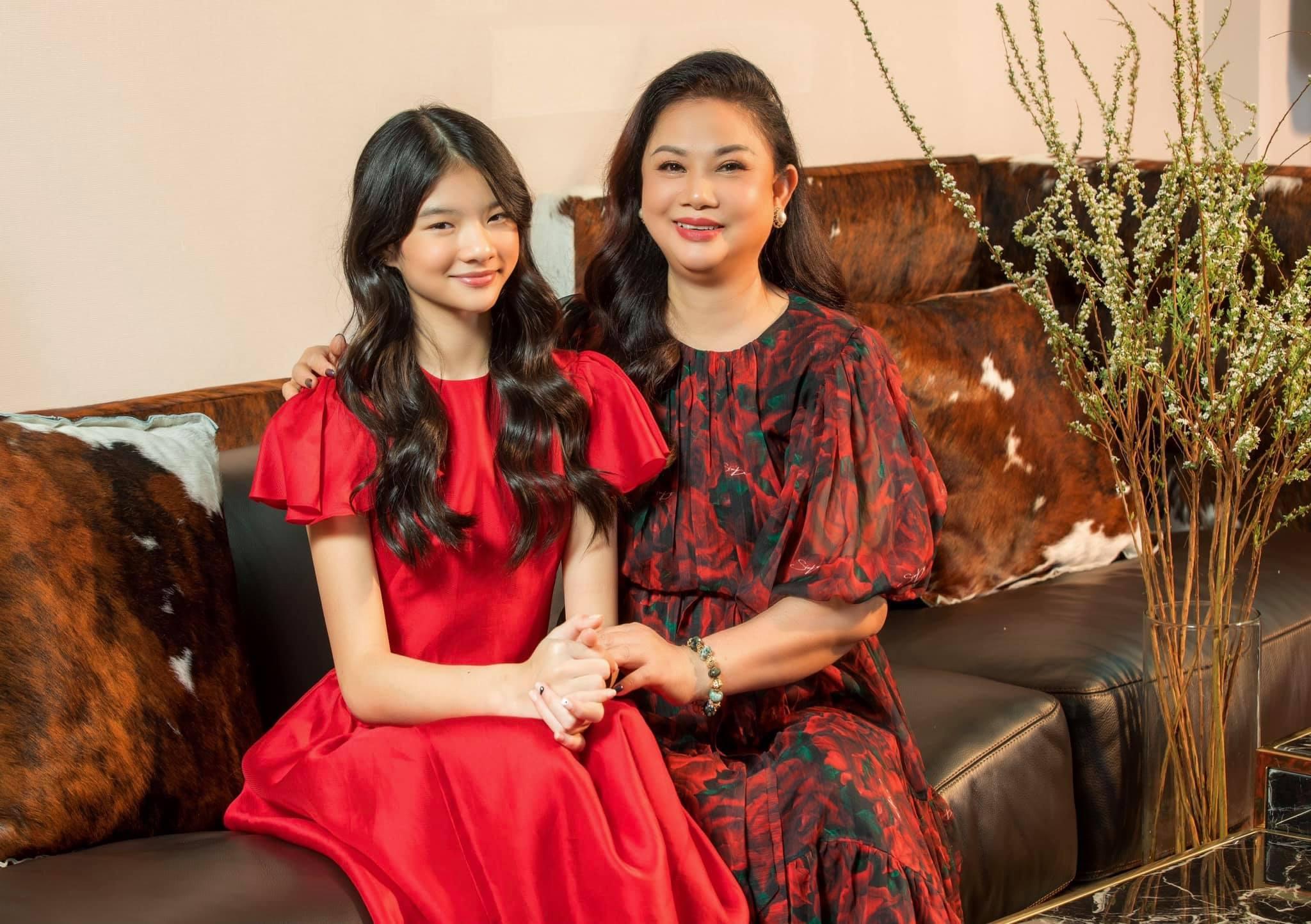 Mẹ Trương Ngọc Ánh được khen trẻ trung không kém con gái - 5
