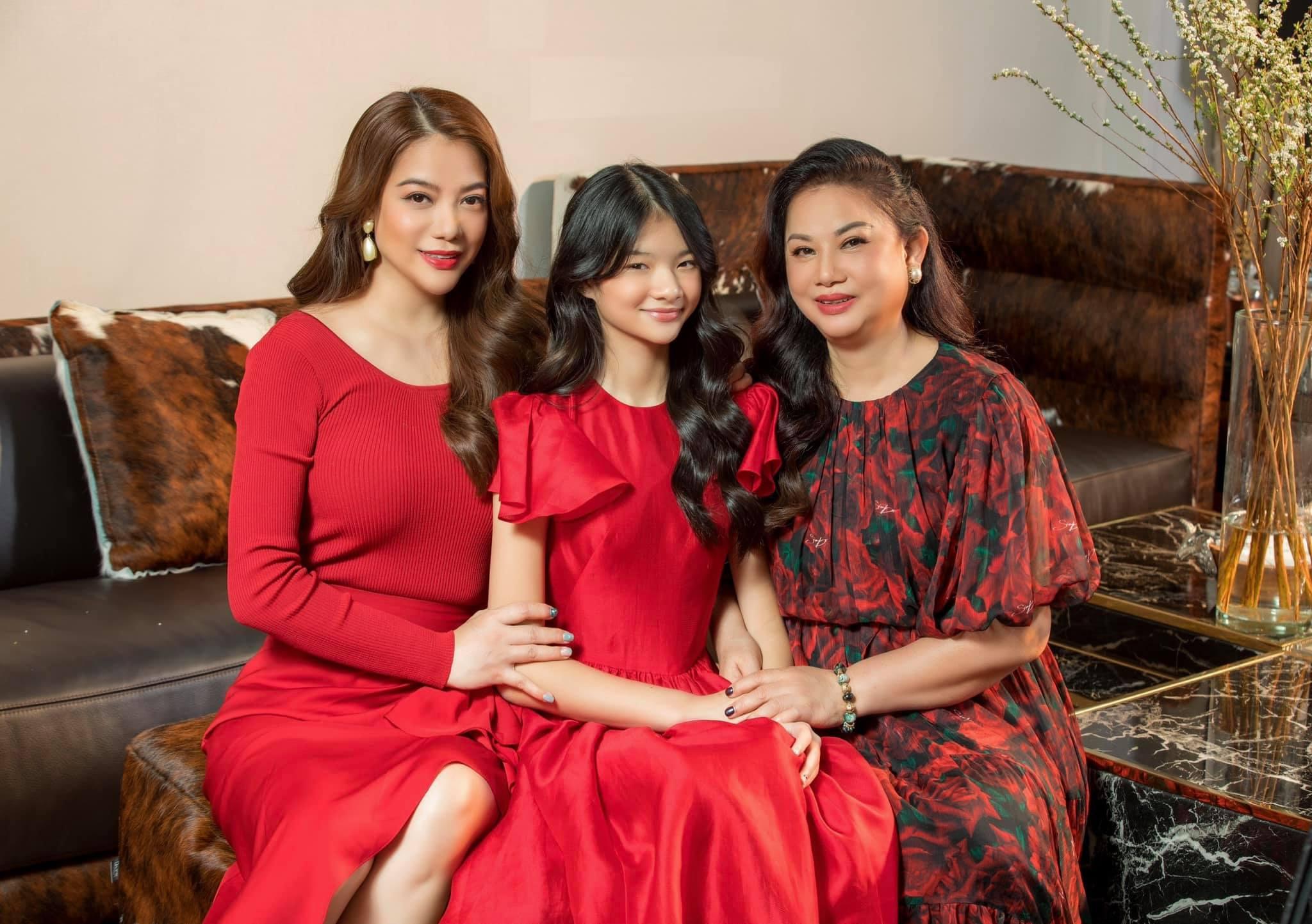Mẹ Trương Ngọc Ánh được khen trẻ trung không kém con gái - 6