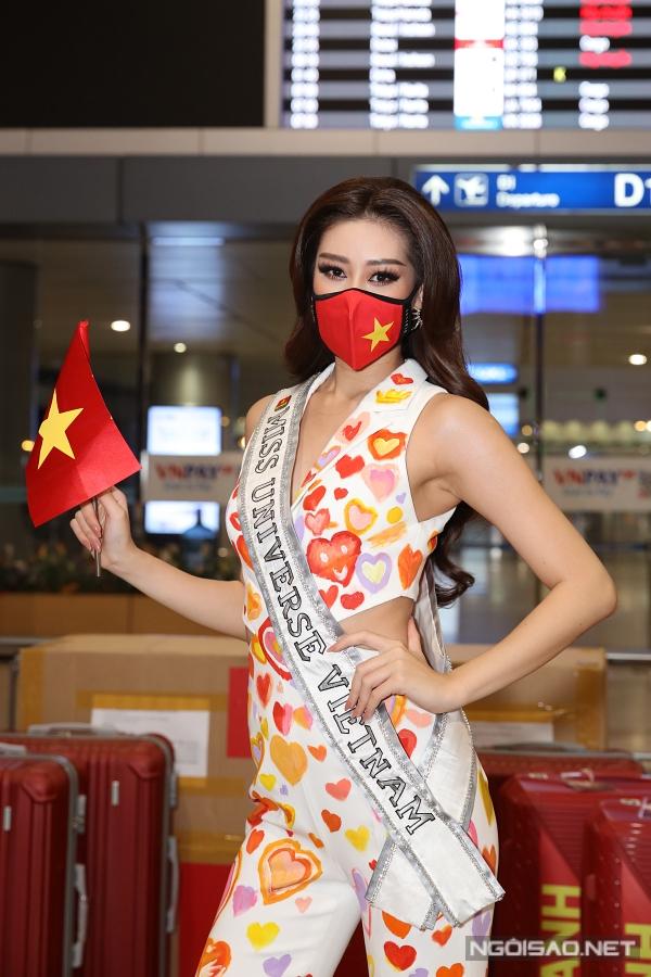 Cận cảnh trang phục của Khánh Vân trước giờ lên đường.