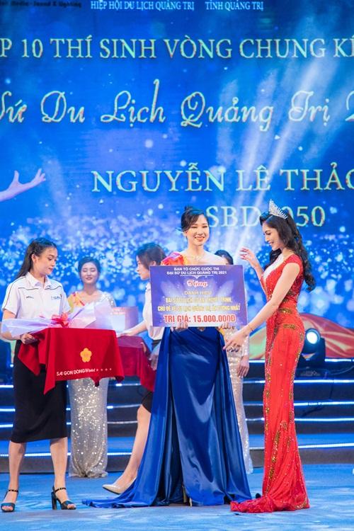 Giám khảo Kim Huyền Sâm trao giải thưởng phụ cho thí sinh.