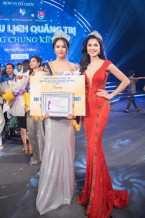 Lại Thị Yến Nhi (trái) trong đêm chung kết.