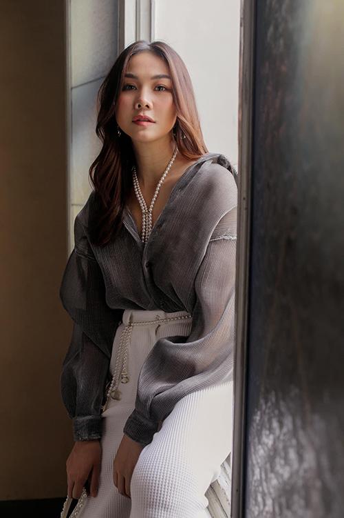 Mốt mặc sơ mi trong suốt, dáng sệ vai đề cao sự giải phóng hình thể được Thanh Hằng phối hợp ăn ý cùng quần suông lưng cao.