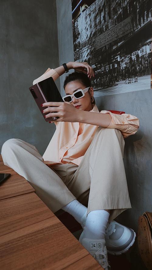 Chỉ sử dụng sơ mi và quần âu màu đơn sắc nhưng chị đại của làng mốt Việt vẫn tạo nên sự ấn tượng bởi cách phối giày sneaker và phần tạo dáng.