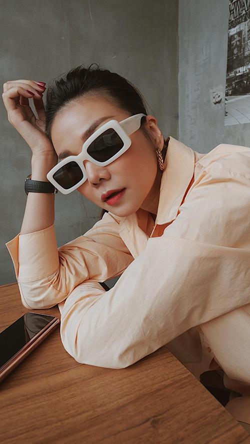 Khi không xuất hiện trong các chiến dịch pr sản phẩm và quảng cáo cho các thương hiệu thời trang, Thanh Hằng thường chuộng sơ mi, quần jeans dáng cơ bản và theo phong cách menswear.