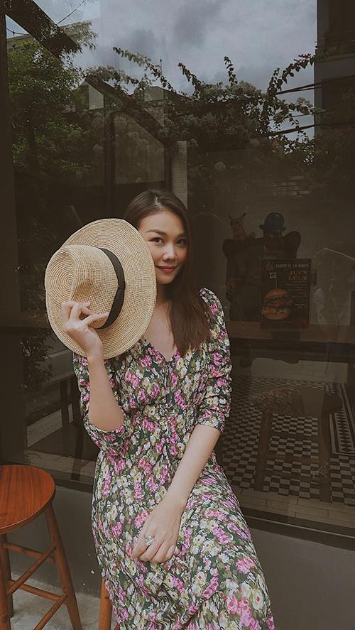 Song song với những bộ cánh tôn nét cá tính và sexy, Thanh Hằng còn liên tục lăng-xê nhiều kiểu đầm mùa hè theo style đậm chất bánh bèo.
