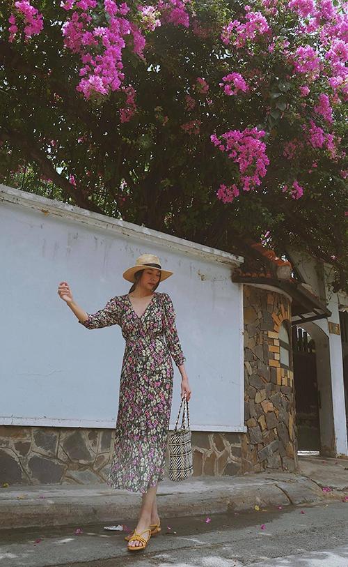 Váy hoa nhí, dáng dài thiết kế trên các chất liệu mềm mại được Thanh Hằng chọn lựa khi đi dạo phố, hẹn hò cafe cùng bạn bè và học trò The Face.