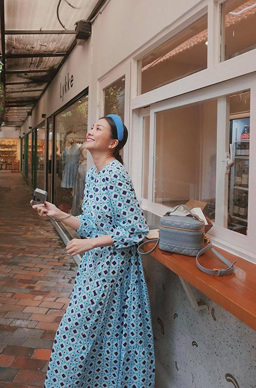 Cùng với các mẫu váy hoạ tiết hợp không khí mùa nóng, phụ kiện mũ nan, bờm vải, khăn turban cũng được Thanh Hằng phối hợp ăn ý trên từng set đồ.