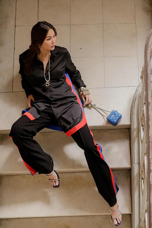 Diện nguyên set trang phục hiện đại phối màu đen - đỏ - xanh cuốn hút, Thanh Hằng hoàn thiện set đồ bằng bộ phụ kiện túi, vòng tay, dây chuyền sang chảnh của Chanel.