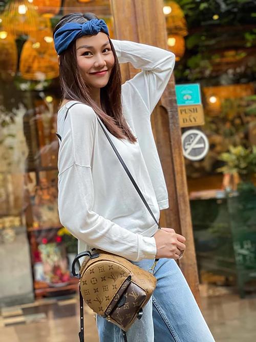 Ngoài việc cập nhật nhanh nhạy những xu hướng street style mới, cách chọn trang phục - phụ kiện hợp mùa và dễ hack tuổi cũng giúp Thanh Hằng tạo được sức hút với fan.