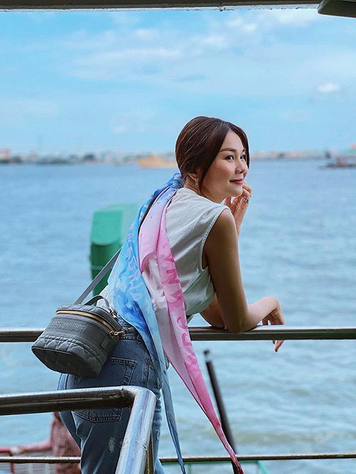 Diện áo sát nách và quần jeans kiểu dáng đơn giản, nhưng Thanh Hằng vẫn giúp phong cách ngày hè trở nên cuốn hút với khăn buộc tóc màu omber và túi đeo chéo xinh xắn của Dior.