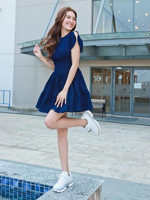 Lan Ngọc chọn váy xòe dáng ngắn để tôn nét trẻ trung khi mix đồ dạo phố với giày thể thao.