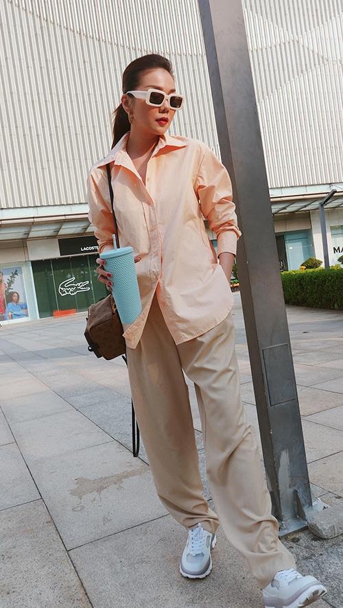 Thanh Hằng là một trong những nhân vật đầu tiên sở hữu đôi giày made in Việt Nam gây sốt ở mùa thời trang 2021.