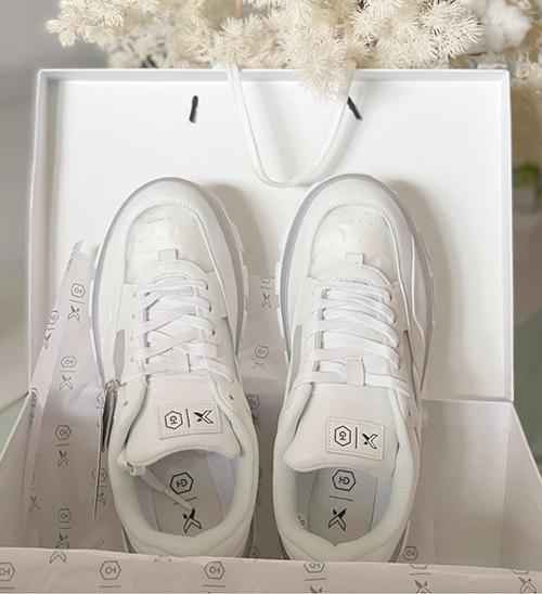 Nhiều người đẹp nổi tiếng như Võ Hoàng Yến, Trương Ngọc Ánh vô cùng hào hứng và bất ngờ khi đập hộp đôi giày made in Việt Nam mà không thua kém các thương hiệu nổi tiếng về giày thể thao trên thế giới.